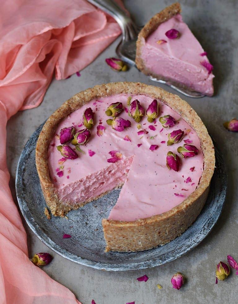 Veganer rosaner Käsekuchen ohne backen mit Rosenknospen