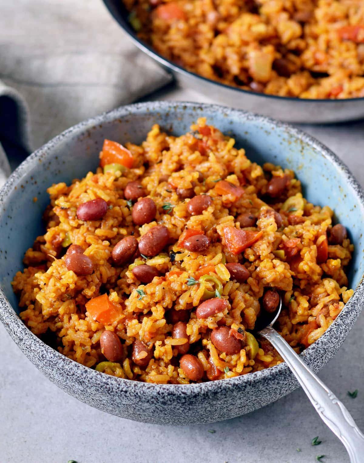 Reis mit Bohnen und Gemüse in einer Schüssel mit Löffel