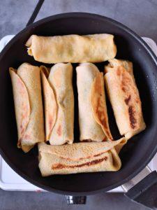 6 Burritos in einer schwarzen Pfanne
