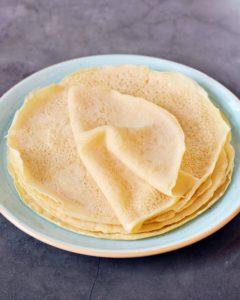 Ein Stapel dünner glutenfreier Crepes auf Teller