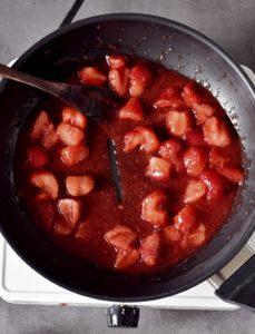Erdbeer-Kompott in einer schwarzen Pfanne