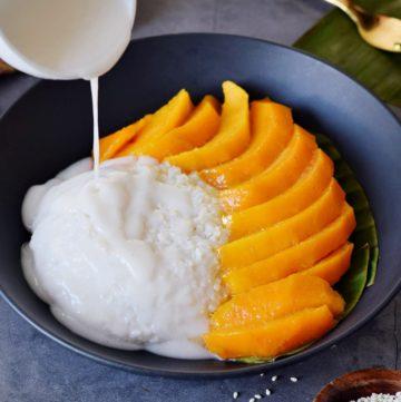 Coconut Soße wird über Mango Sticky Rice gegossen