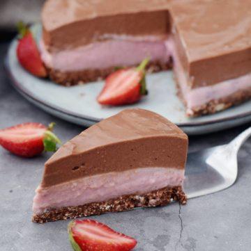 Schoko-Erdbeer-Kuchen mit Stück vorne