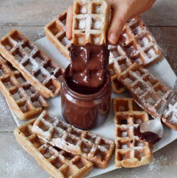 vegane Waffeln eingetaucht in Schokolade