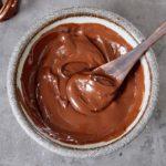 Veganes Nutella in Schale mit Holzlöffel