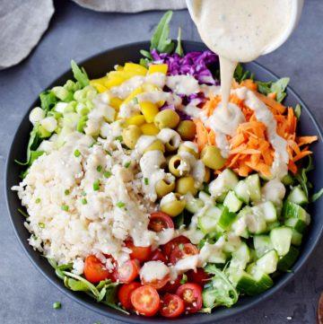 mediterraner Reissalat mit veganem Salatdressig darüber