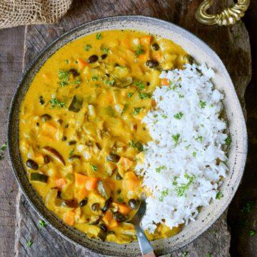 Gemüsecurry mit Reis in Schale