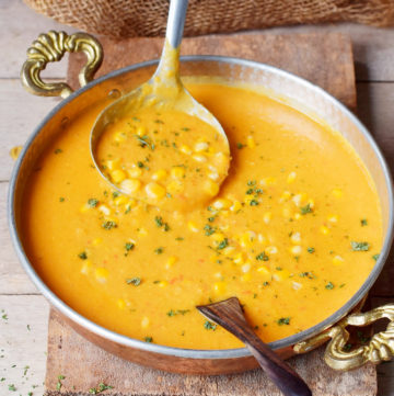 Maissuppe in Schale mit Schöpfkelle