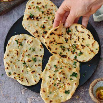 Naan Brot auf einem schwarzen Teller