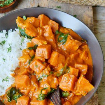 Süßkartoffel Curry mit Reis in Schale