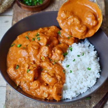 Veganes Indisches Hähnchen Curry mit Reis in Schale mit Schöpfkelle