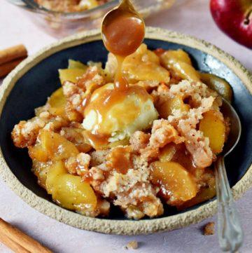 Apple Crumble (vegan) mit Eis und Karamellsoße auf Teller