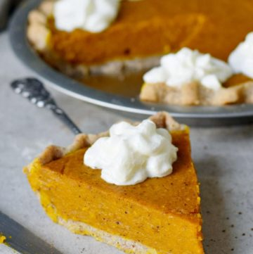 Ein Stück Pumpkin Pie (Kürbiskuchen) mit veganer Sahne