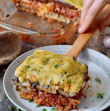 1 Stück veganes Moussaka auf Teller