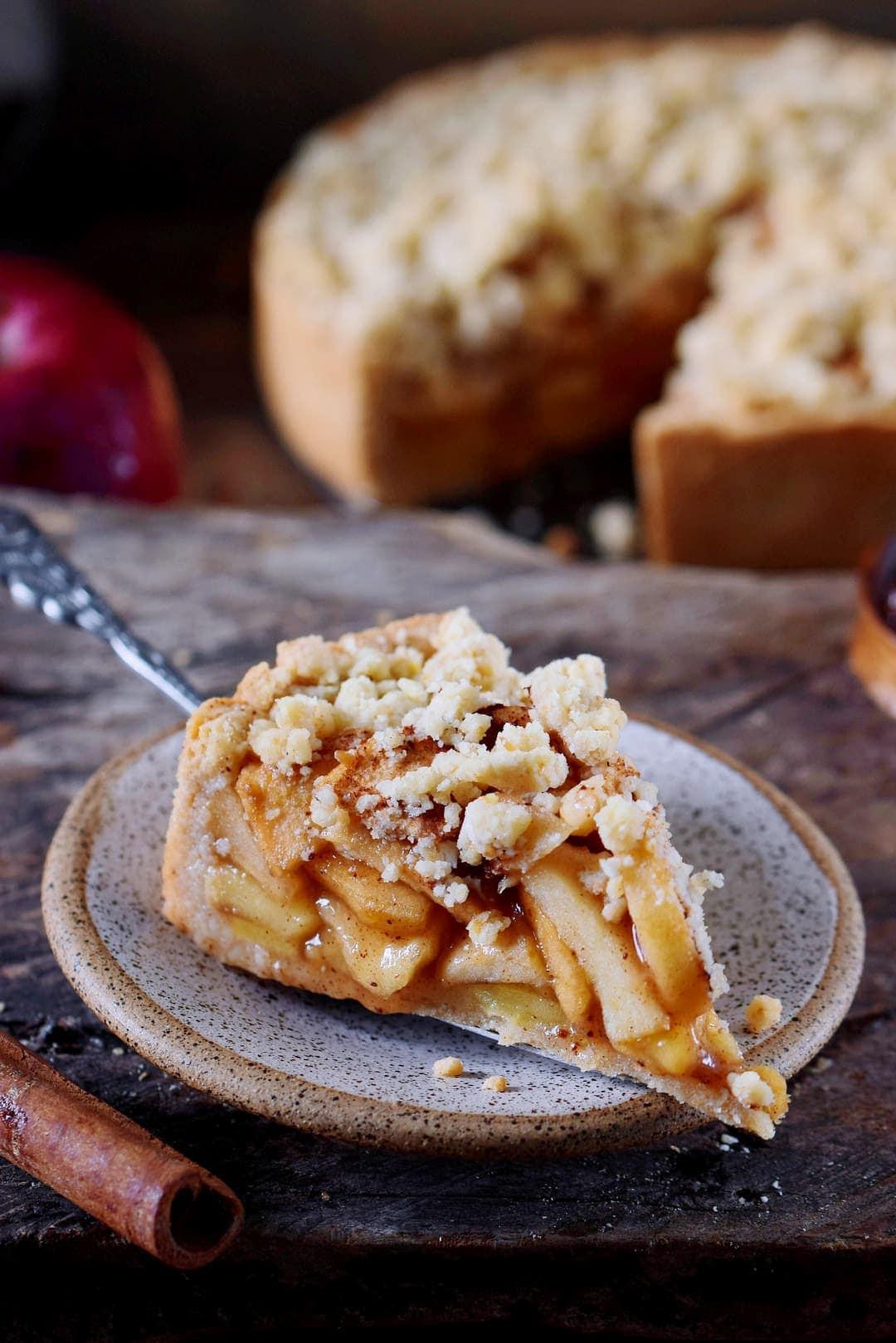 Ein Stück veganer Apfelkuchen mit Streuseln
