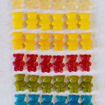 vegane Gummibärchen in unterschiedlichen Farben in mehrere Reihen