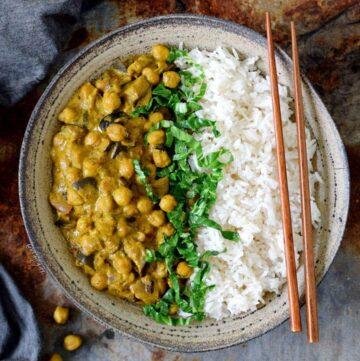 Kichererbsen Curry mit Auberginen Reis und Spinat in Schale
