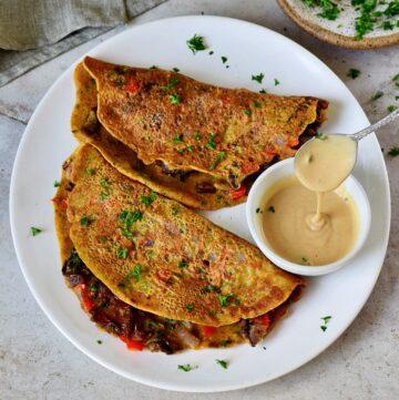 Veganes Omelette mit Pilzen auf weißem Teller