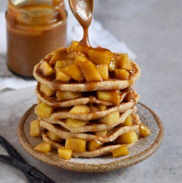 vegane Apfel Pancakes mit Karamellsauce