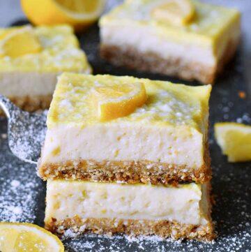 2 Stücke veganer Zitronen-Käsekuchen als Stapel