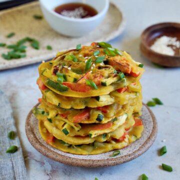 herzhafte koreanische Pfannkuchen mit Frühlingszwiebeln