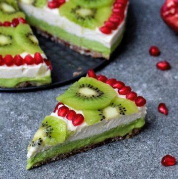 cremiger no-bake Cheesecake mit Kiwi und Granatapfel