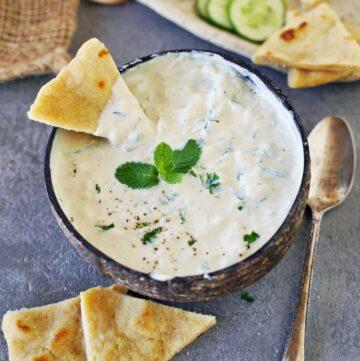 veganes Tzatziki in Schale mit Pita Brot