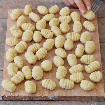 Selbstgemachte Gnocchi auf Holzbrett vor dem Kochen
