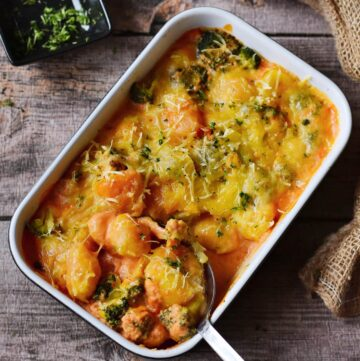 Gnocchi Auflauf mit Brokkoli und veganem Käse in Auflaufform
