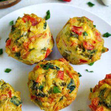 Nahaufnahme herzhafte Muffins mit Gemüse auf weißem Teller