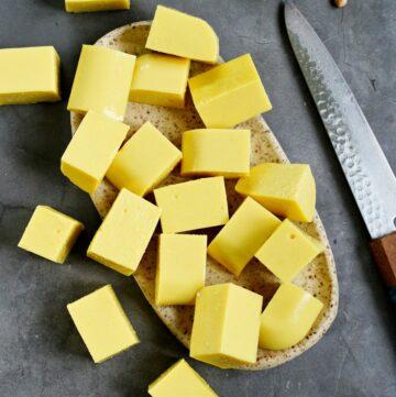 Selbstgemachter gelber Kichererbsen-Tofu gewürfelt auf Teller