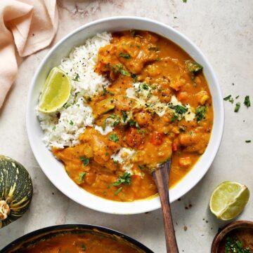 indisches Kürbiscurry in Schale mit Reis