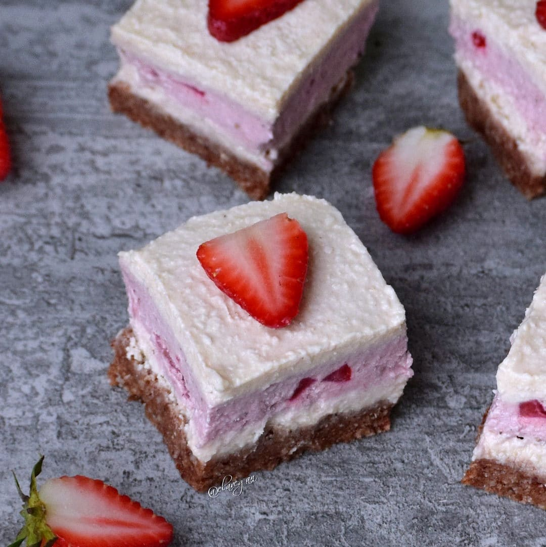 Strawberry coconut cheesecake bars | vegan - Elavegan