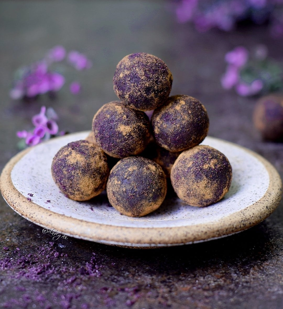 Bliss balls recipe with mulberries, maqui berry powder and cinnamon. Easy to make vegan and gluten free raw truffles