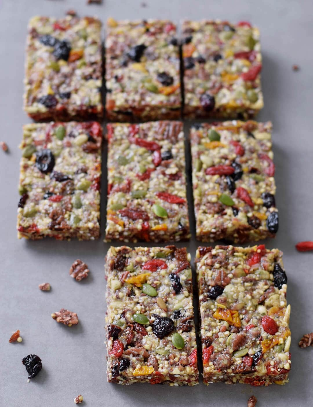 Healthy granola bars recipe. These muesli bars are chewy, soft and the perfect snack. My recipe is (raw) vegan, gluten free, refined sugar-free, healthy and easy to make