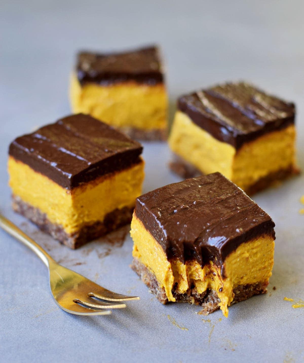 4 Stücke Kürbis-Schoko-Kuchen mit einer weichen Schokoladenschicht