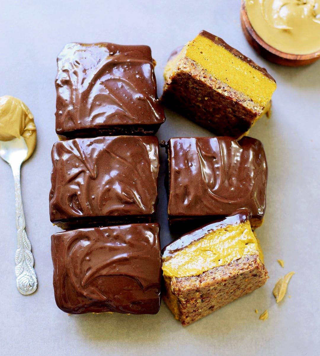 6 Stücle Kürbiskuchen mit einer Schokoladenschicht