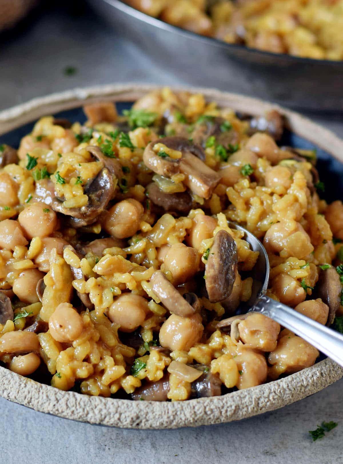 Nahaufnahme Pilz-Risotto mit Kichererbsen