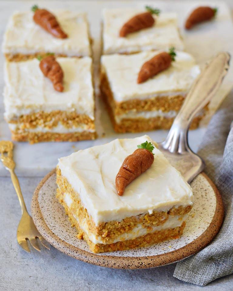 veganer Karottenkuchen mit Marzipan-Karotte