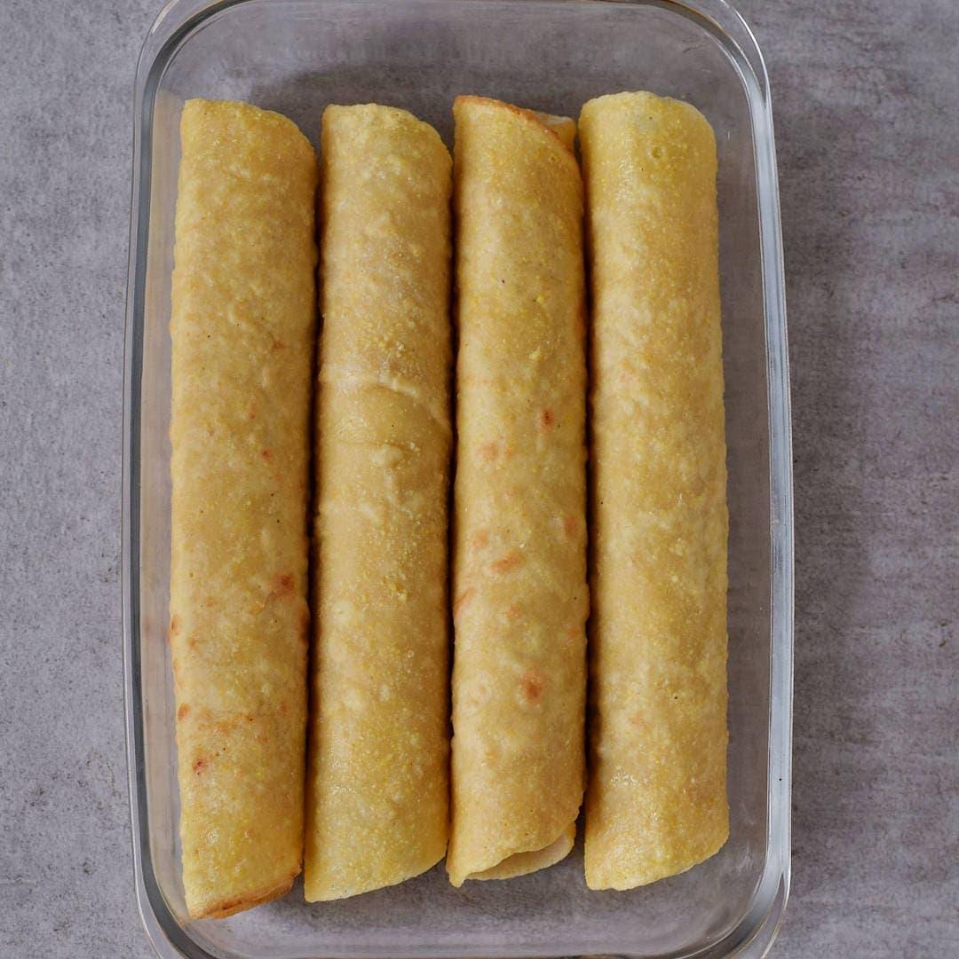 zusammengerollte Tortillas in Auflaufform