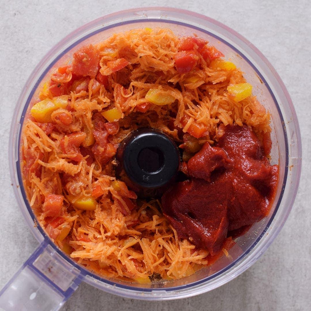 Gemüse und Tomatenmark in einer Küchenmaschine