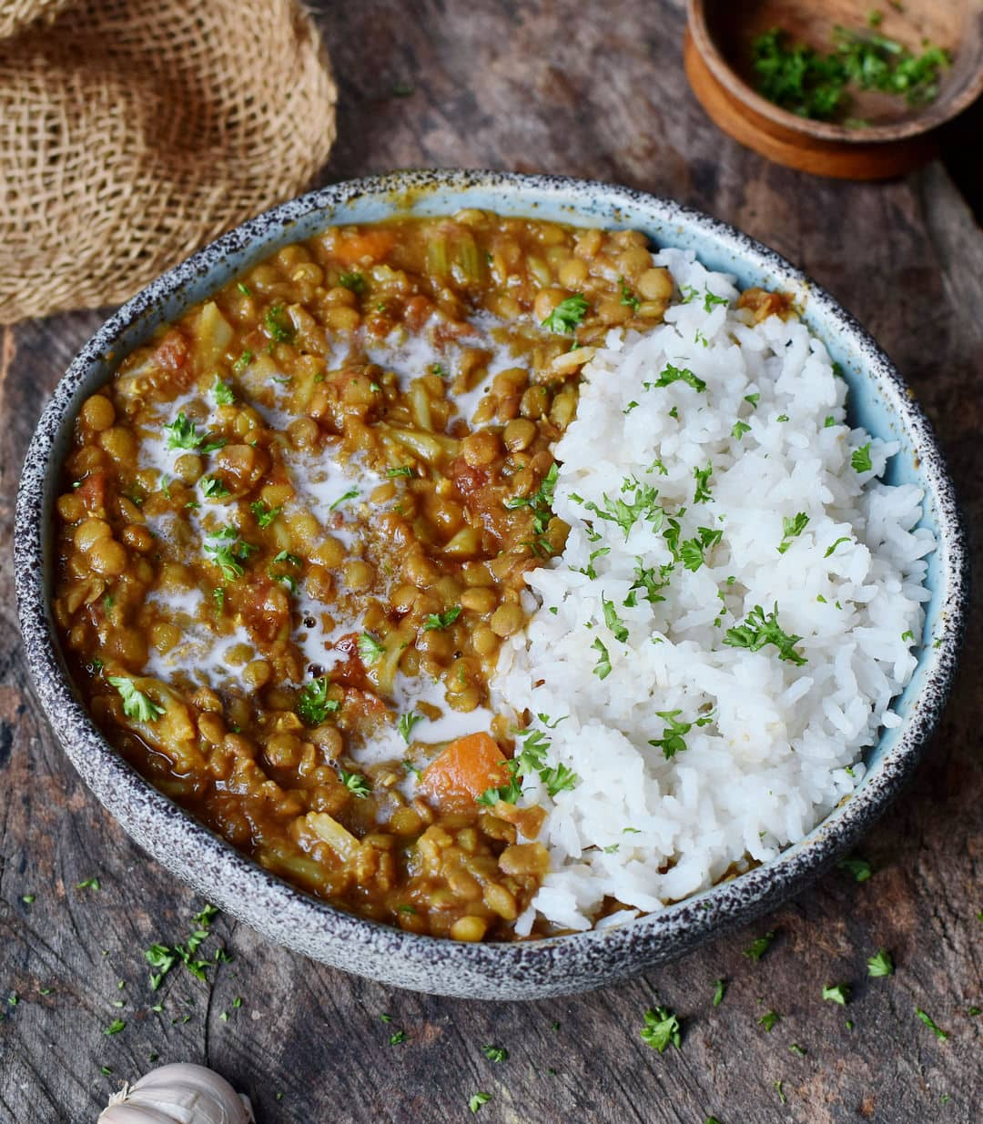 Beste gesunde Linsensuppe in einer Schale mit Reis