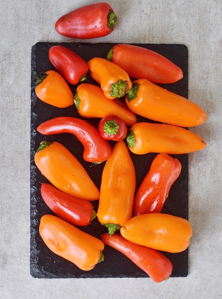 Rote und orangene Paprikaschoten