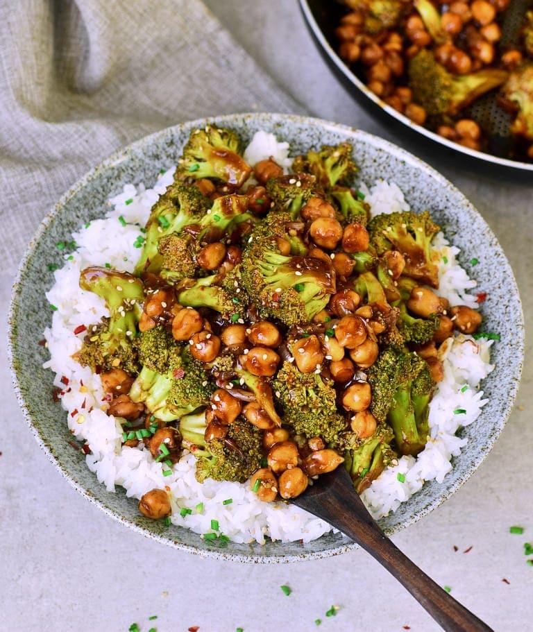 Knoblauch Brokkoli-Pfanne mit Kichererbsen und Reis