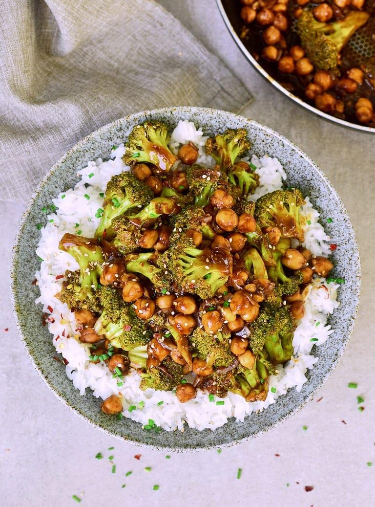 Angebratenes Gemüse mit Kichererbsen, Knoblauch-Ingwer-Sauce und Reis