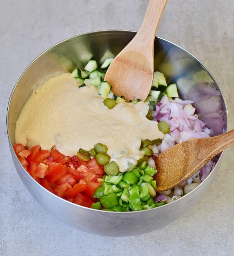 Bunter Salat mit veganem Dressing in einer silbernen Schüssel