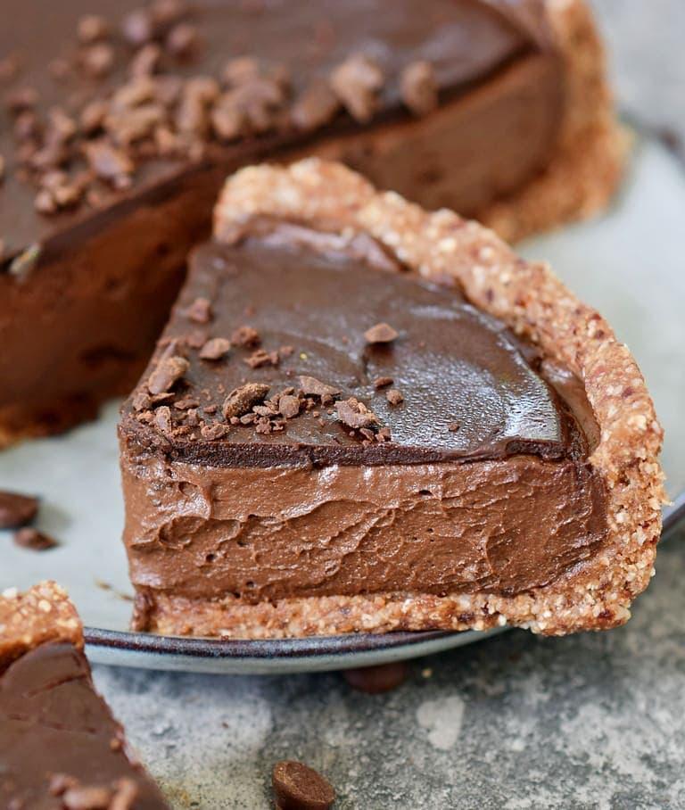 Ein großes Stück vegane Schokoladen Tarte auf einem Teller