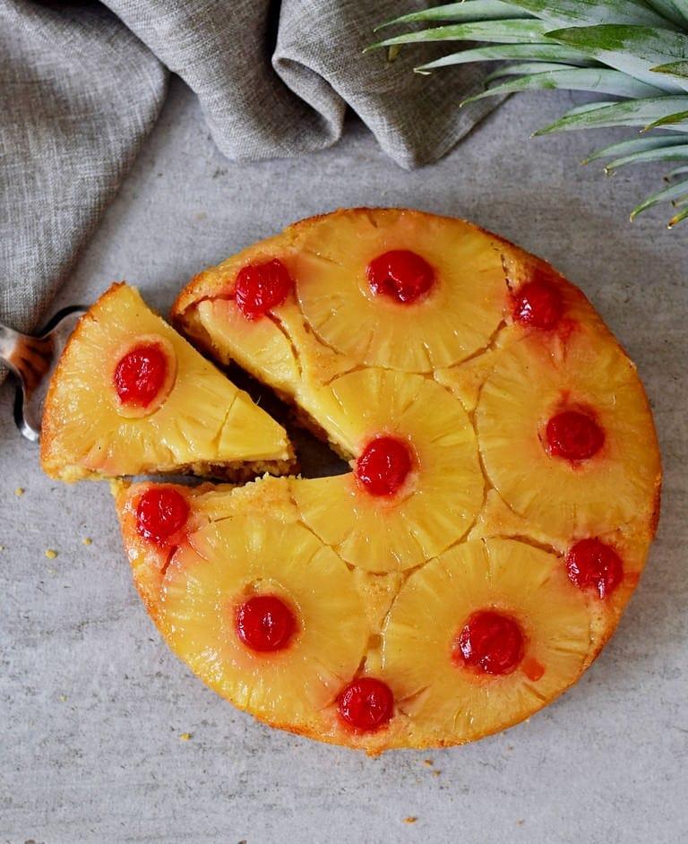 Glutenfreier gestürzter Ananaskuchen mit Kirschen