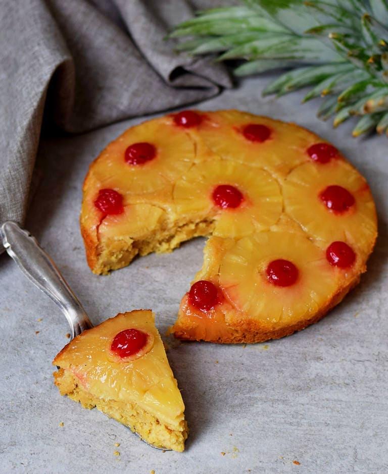 Veganer Ananas Kuchen mit Kirschen