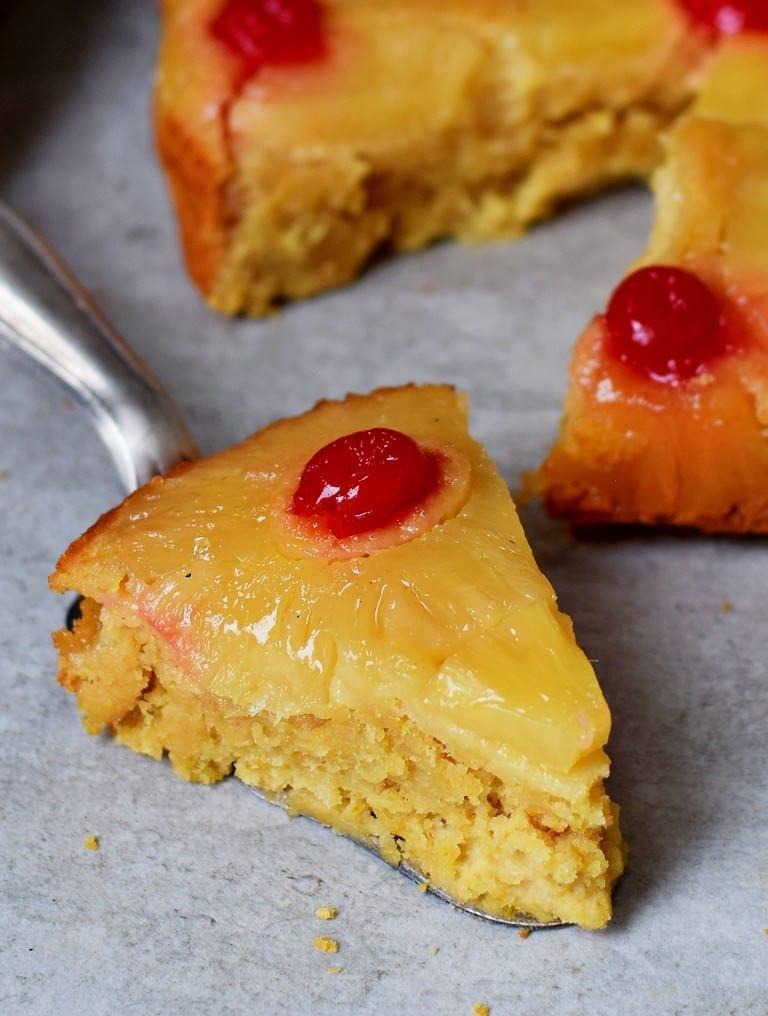 Ein Stück gestürzter Ananaskuchen mit Kirschen